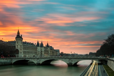How to pronounce paris' word?